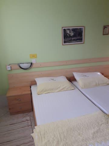 Kétágyas szoba saját fürdővel, közös konyhával