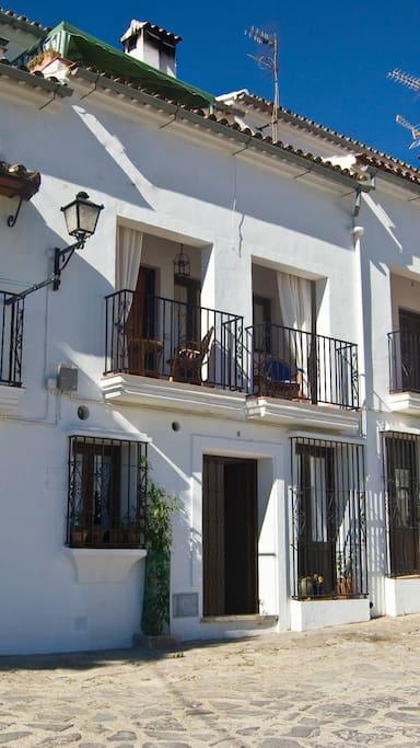 Terraza y fachada principal