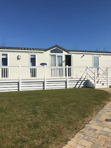 Luxury Modern Caravan with Decking at Seton Sands - East Lothian - Ferienunterkunft