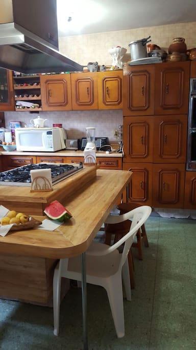 Cocina integral con área suficiente para desayunar.
