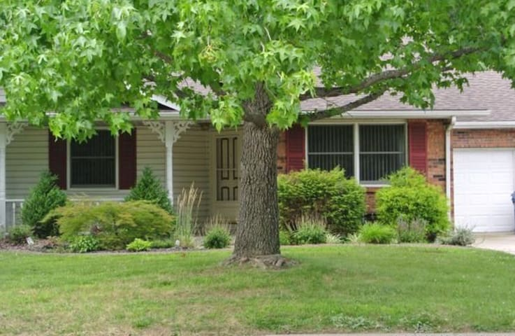 Charming Villa minutes from SIUE ..15 miles to STL