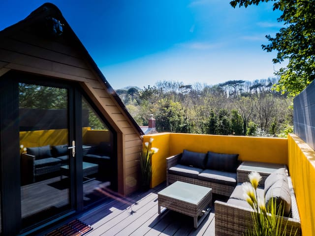 Chy Glynn. Luxury lodge with hot tub and views.