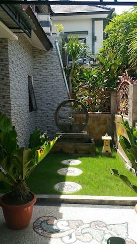 Jardín frente puerta entrada