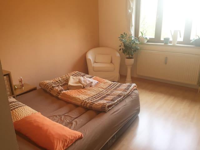 Gemütliches, helles Zimmer in S-Bahn-Nähe - Grasbrunn - Appartement