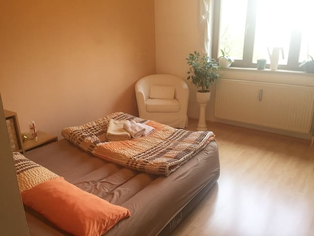 Gemütliches, helles Zimmer in S-Bahn-Nähe - Grasbrunn - Apartment