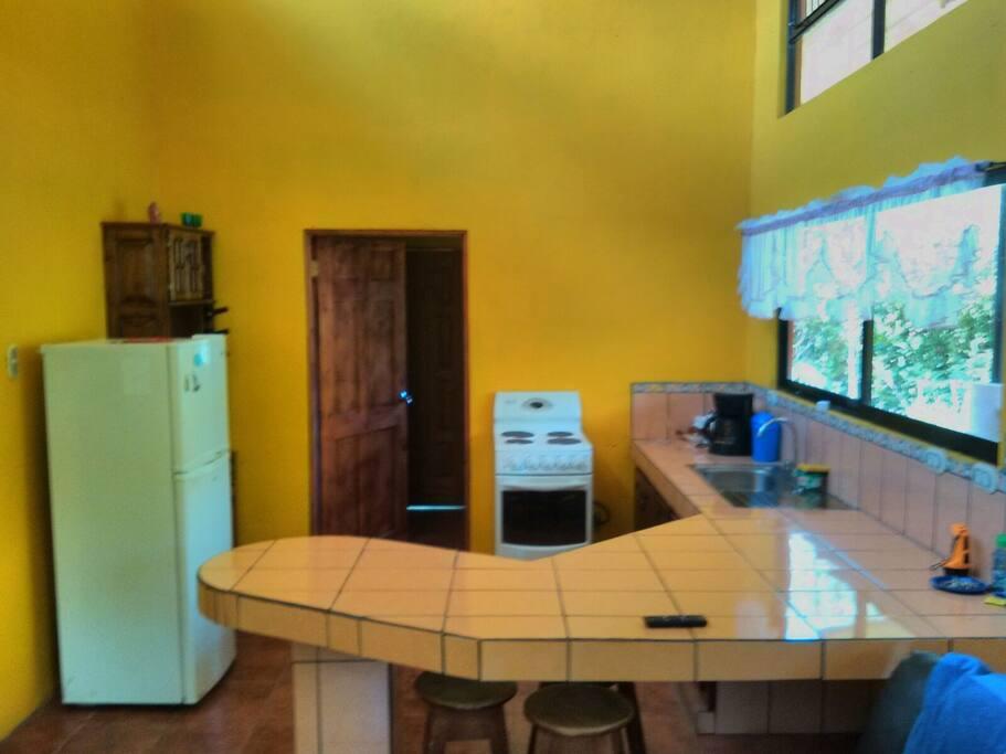 Horno microondas, cocina con horno, mini bar, refrigeradora. Kitchen microwave oven refrigerator with mini bar