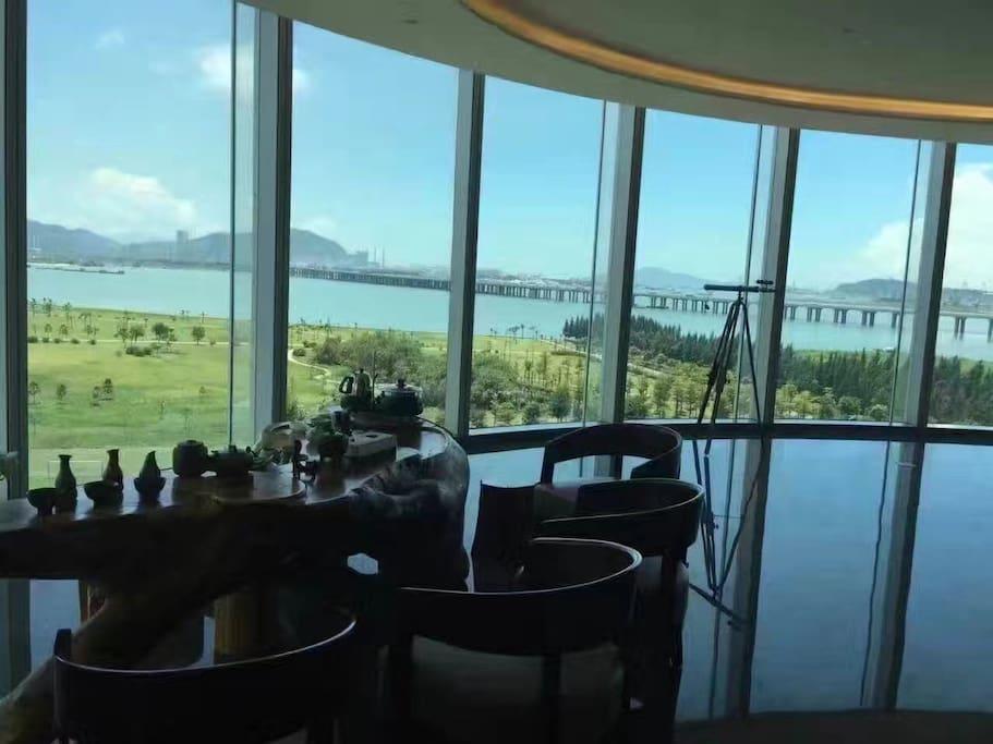 海景豪华公寓,偌大的阳台直面南海。