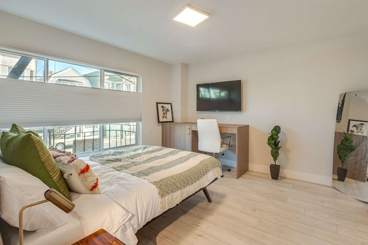 Private Newly Renovated Master Suite w/ Bathroom