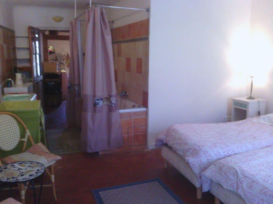 salle de bain intégrée a la chambre, murs en terre cuite dans la partie salle de bains