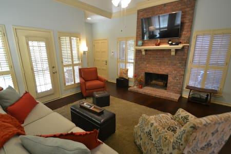 Courtside Cottage, cozy, beautiful neighborhood - Garland - Huis