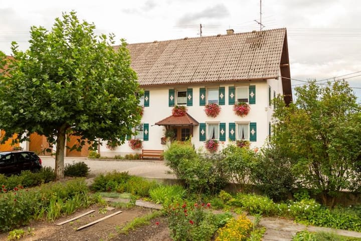"""Cosy Apartment """"Ferien- und Obsthof Müller"""" in Beautiful Countryside with Wi-Fi & Garden; Parking Available"""