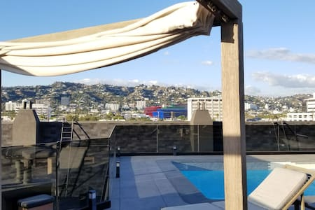 ROOFTOP POOL Is Open! 3Bd/Sleep9 + balcony