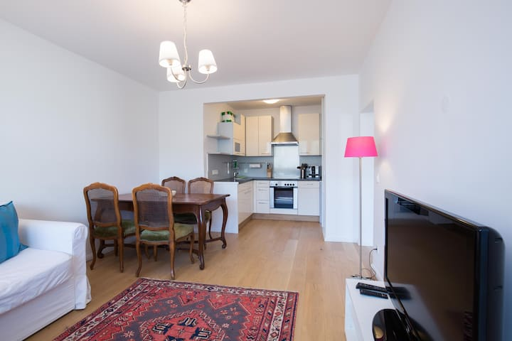 NEW bright, quiet & central, 2 rooms, free parking