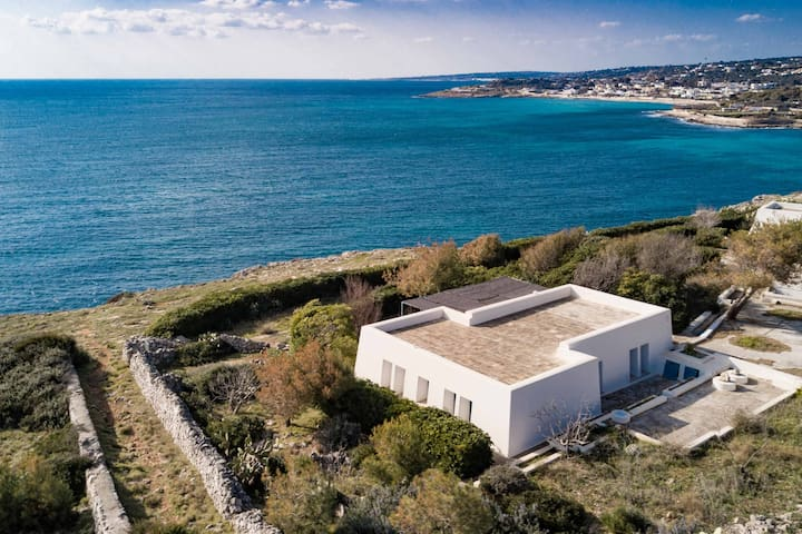 Villa on the cliffs with private access to the sea