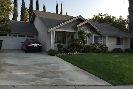 Private Room in House walk to UCR - Riverside - Ev
