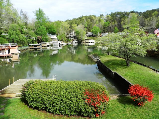 Large lakefront home w/Canoe. 15% Holiday discount