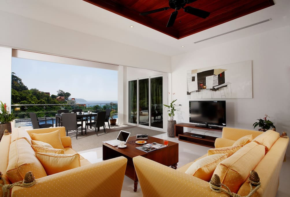Living room with view to the pool and sea