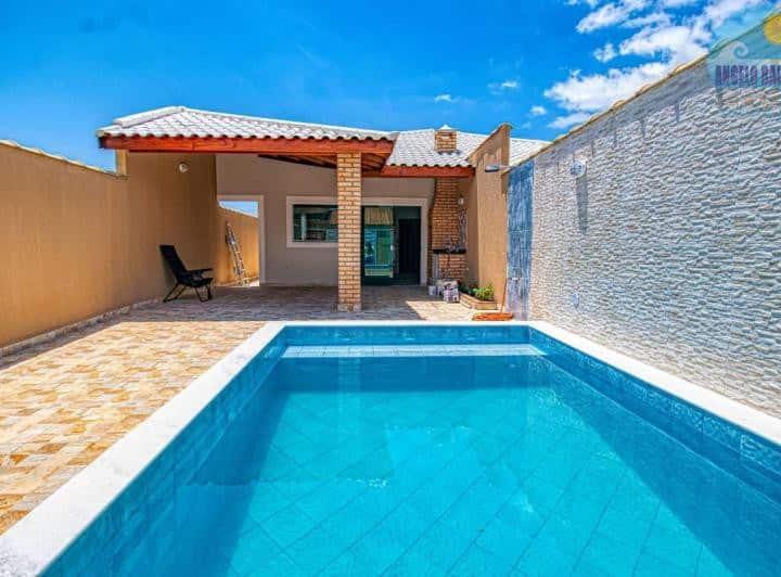 Casa em Peruíbe, piscina e churrasqueira.