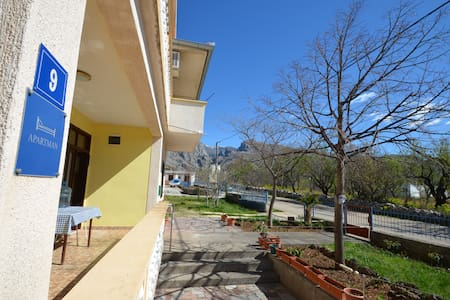 Studio apartment with balcony view to Paklenica - Apartmen