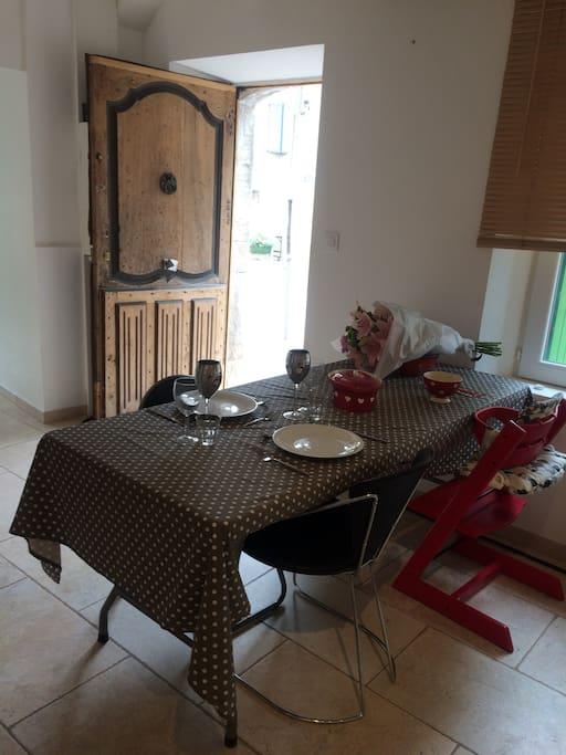 Bienvenue sous le soleil de Provence, dans la fraîcheur de notre jolie maison.