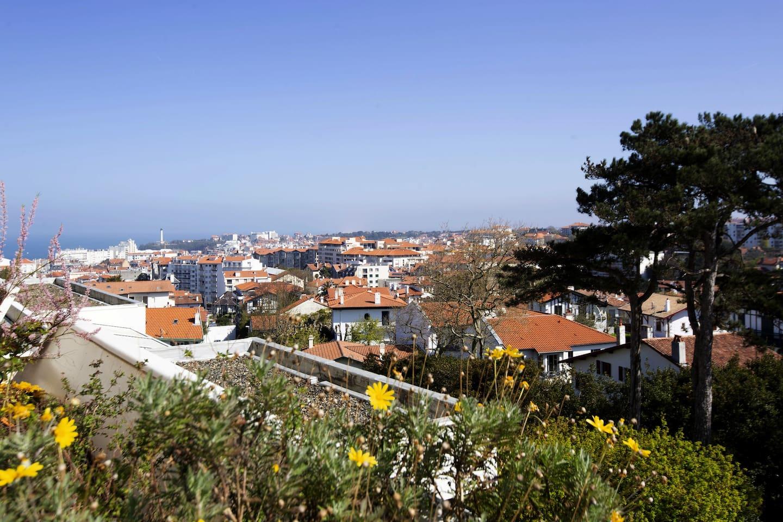 Vue de la terrasse vers le phare de Biarritz