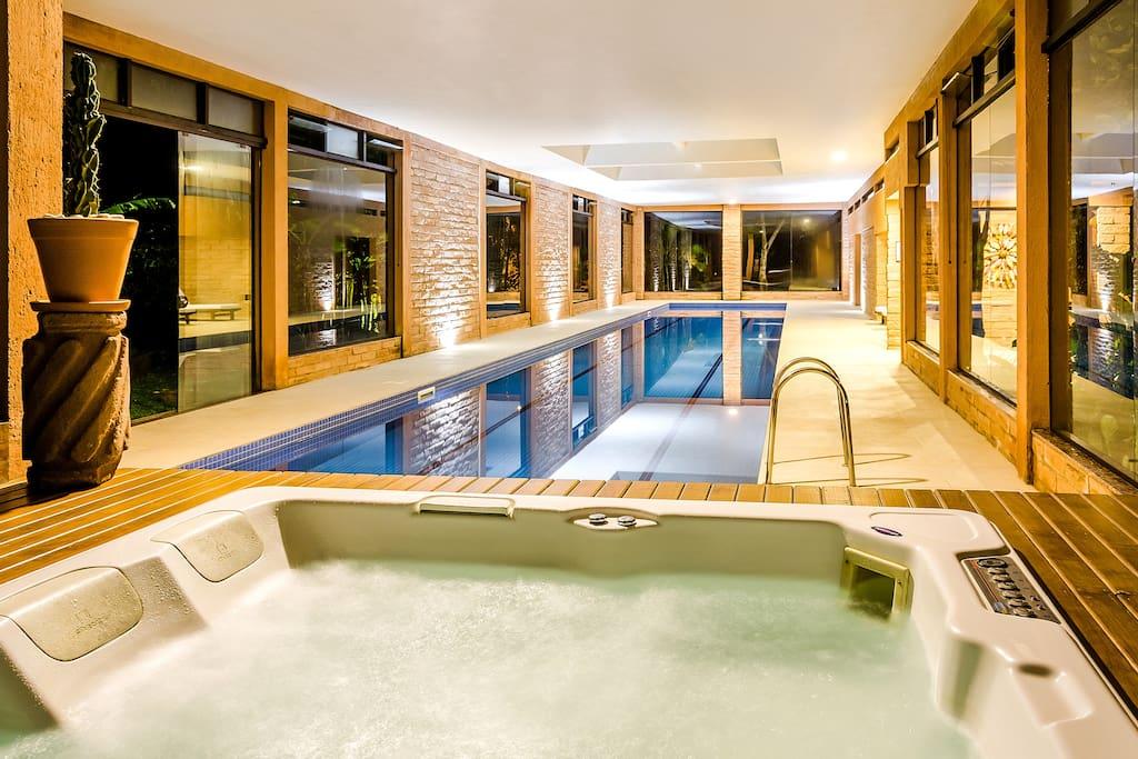 Jacuzzi interna e piscina térmica e coberta semiolímpica
