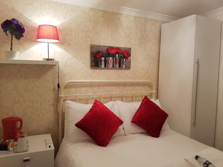 Ensuite standard double room near seafront & Pier