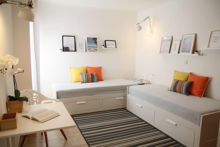 quarto com duas camas individuais