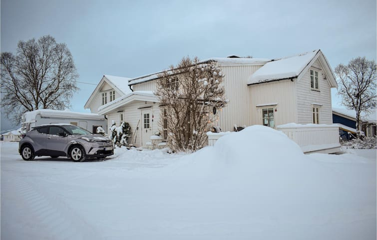 Holiday cottage with 4 bedrooms on 100m² in Sundøy