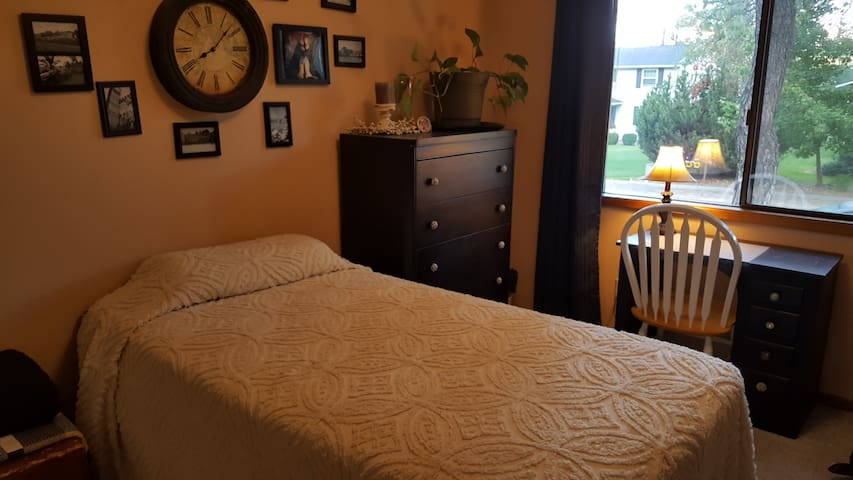 Quiet, clean, safe room for one! - Spokane - Huis