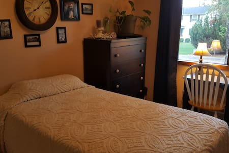 Quiet, clean, safe room for one! - Spokane - House