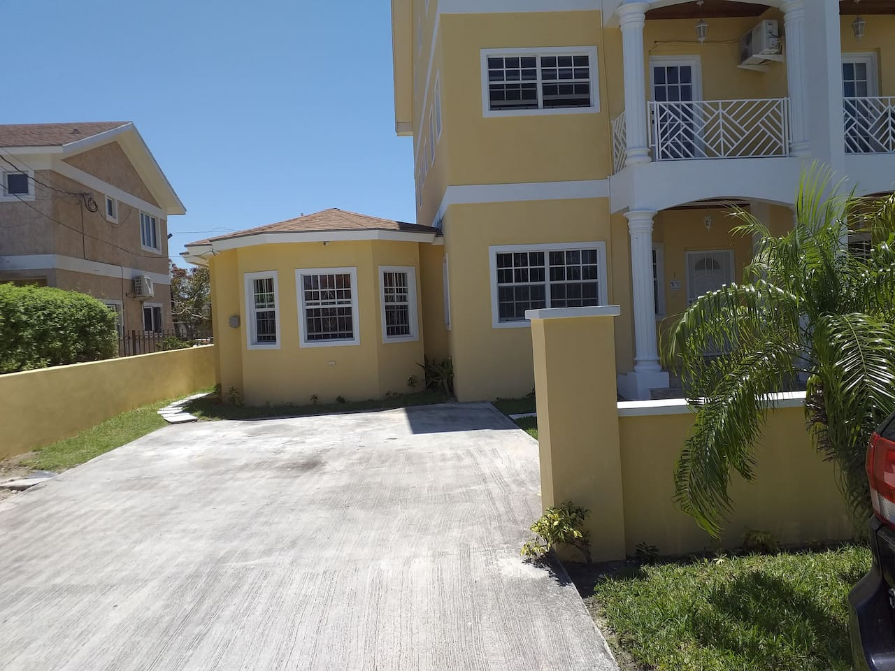 Attractive, secure, safe apartment! About a 10 minute walk from the nearest beach!!! Situated between two beaches - Goodman's Bay and Western Esplanard!!!