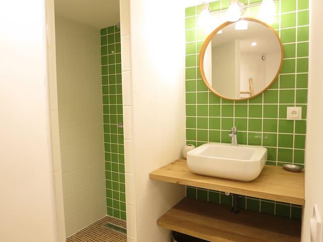 Salle de douche rez-de-chaussée attenante à la chambre