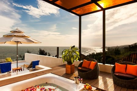 The CLIFF Beach Apartment with terrace & hot tub !