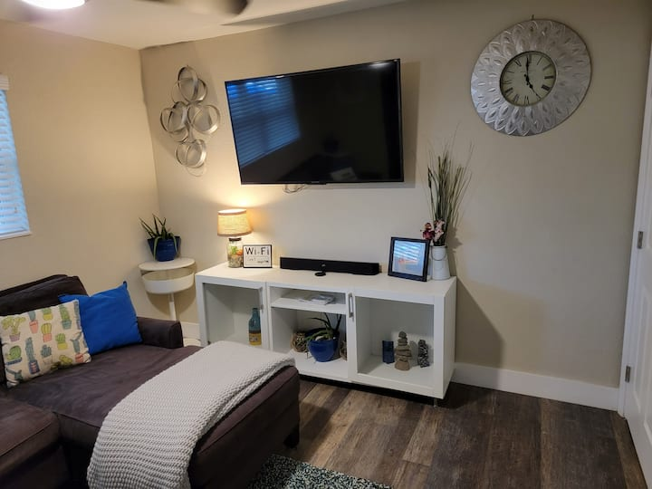 Central Location and Easy Access Hideaway!!