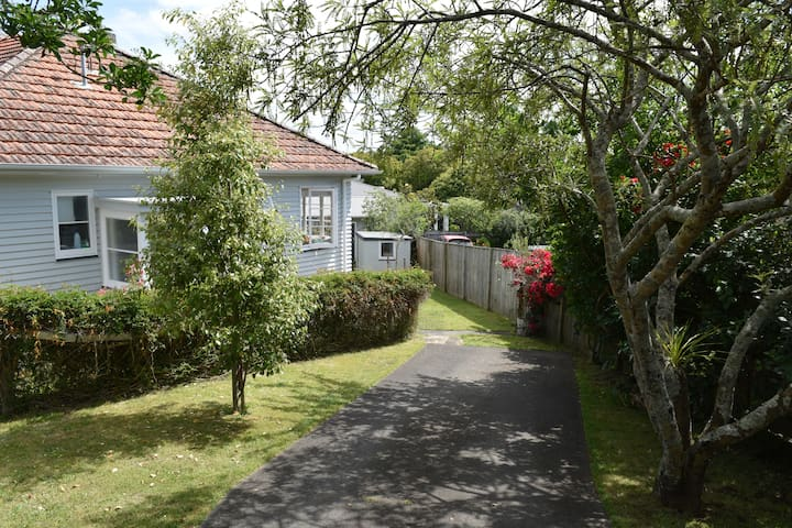 Convenient & compact character house in Mt Albert