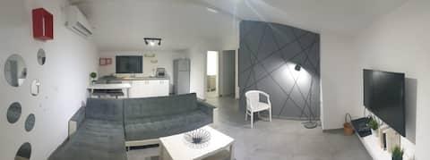 דירה נפרדת הכוללת מרפסת ענקית עם פינת ישיבה.  כניסה חופשית לבריכה של היישוב בשעות הפעילות.