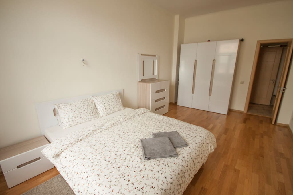 King-size bed (1600x2000mm) and a large wardrobe