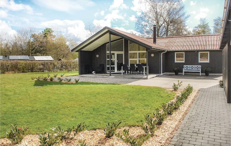 Holiday cottage with 4 bedrooms on 121m² in Egå