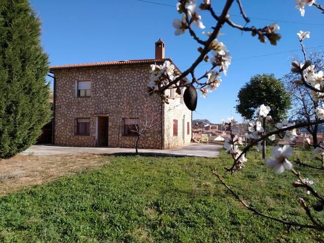 Casa familiar, soleada. Cerca Monasterio Piedra.