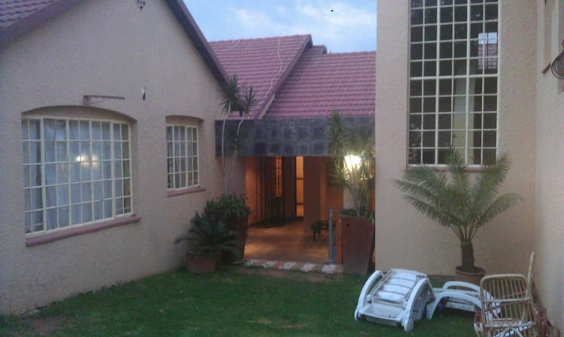 Minutes from Sandton CBD, fibre wifi cozy room *