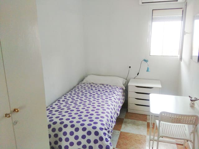 Fuengirola, room in the center