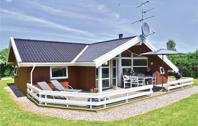 Holiday cottage with 4 bedrooms on 92 m² in Hesselager