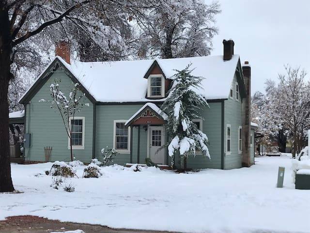 Historic pioneer home in dwntwn Kanab. Unique!