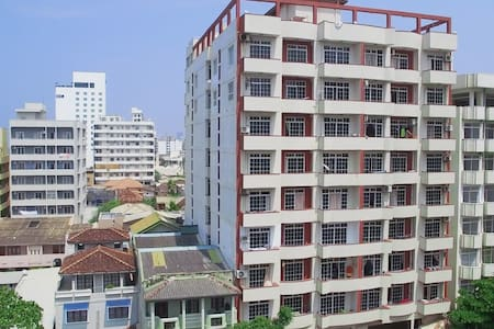 Cozy, Modern Apartment 10 Feet from the Beach - Colombo