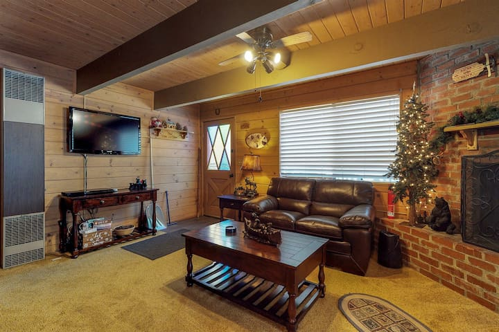 Cozy cabin with free WiFi & fireplace - near skiing, lake & town!
