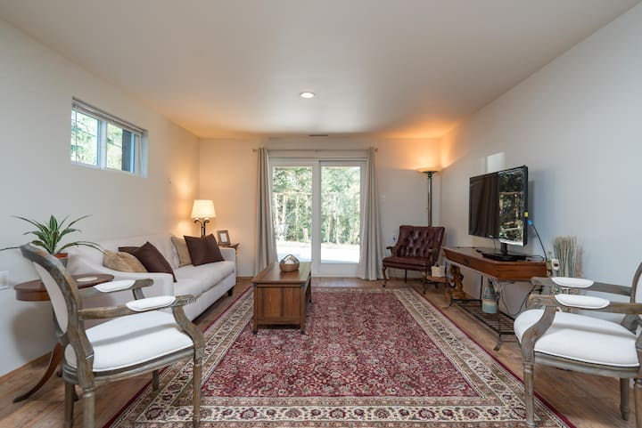 Private Suite Ten Minutes to Downtown - 625 sq ft