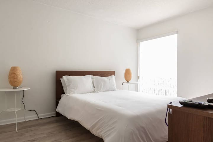 Artrageous on the River by RocketSTAY - NEW - New One Bedroom Modern Apartment 104 - Sleeps (6)