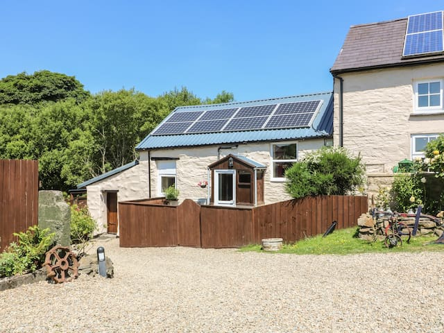 ROSE COTTAGE, pet friendly, with hot tub in Penrhiwllan, Ref 983485