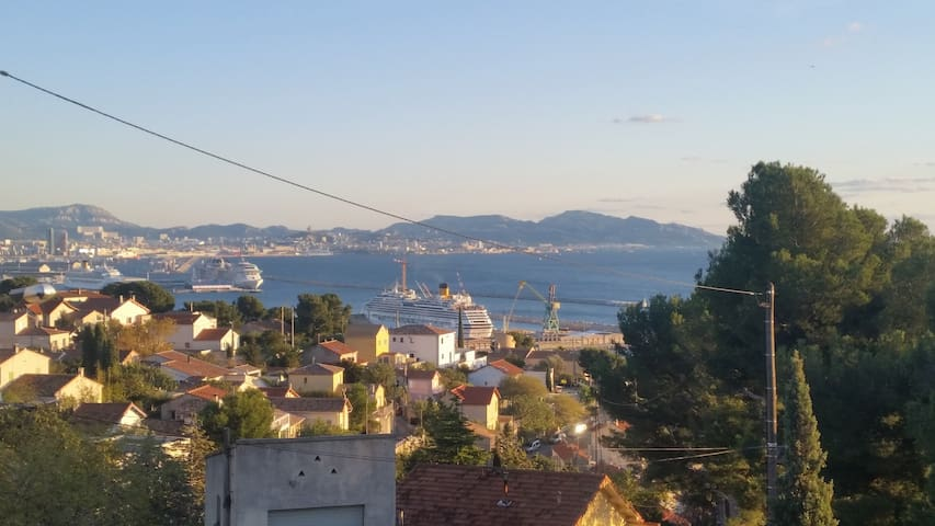 ENTRE MER ET COLLINE studio + terrasse vue mer